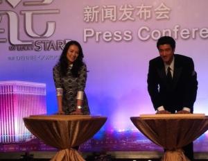 《非常幸運》主角兼製片章子怡, 以及男主角王力宏一起出度在澳門舉辦的全球首映禮