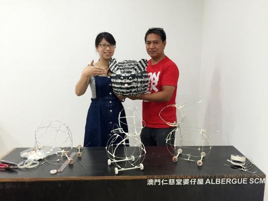 仁慈堂婆仔屋傳統花燈製作工作坊導師艾飛度師傅 (Master Alfredo Ceynas) 與他的手工花燈製成品